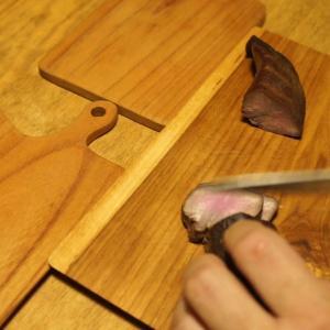 キャンプで作った燻製を自宅で食す。