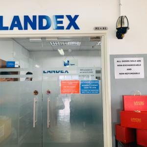 カランにあるLANDEXの倉庫店へ。