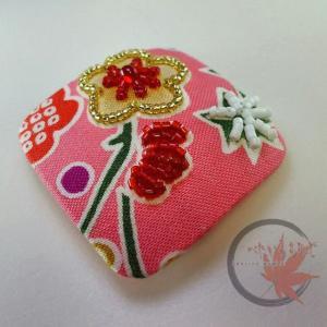 ピンクの生地にビーズ刺繍、四角いブローチ製作途中です