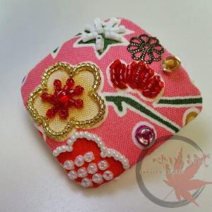 和柄生地のビーズ刺繍、ピンクの四角いブローチ出来ました。