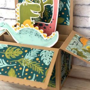 笑顔の恐竜が癒しのカード。皆様にも笑顔が訪れますように