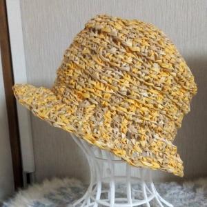 100均のペーパーヤーンで編んだ帽子とエトルリアの壺