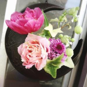 【25ansウエディング】にブライダルブーケが掲載中のフラワーアーティスト柴田真美さんと三日月型の南部鉄の花器