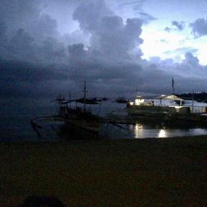 シリーズ・旅の空 @ フィリピン・ヴィサヤ・マラパスクア島 「深夜雷雨のロゴン・ビーチで」