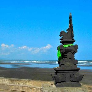 シリーズ・僕はこんな街々で過ごしてきた @ インドネシア・バリ島ジェンブラナ 「ランブット・シウィ寺院(Pura Luhur Rambut Siwi)」