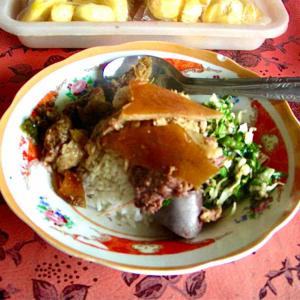 シリーズ・僕はこんな街々で過ごしてきた @ インドネシア・バリ島・ギャニャール 「ツーリングの道すがらの例祭と名物のバビ・グリン」