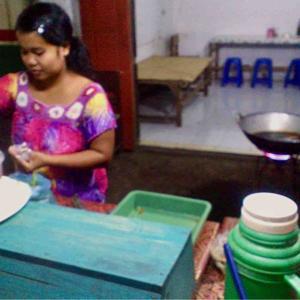 リアル世界の路地裏で @ インドネシア・バリ島・ギリマヌク 「街道沿いの露店の飯屋で毎夜」