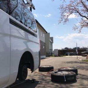 桜の木の下でタイヤ交換