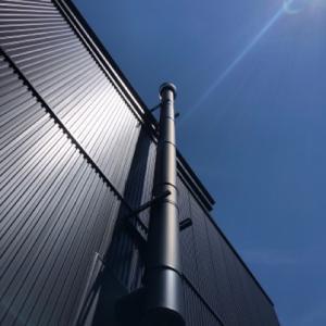 青空と黒光りの煙突