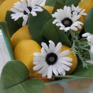 エミココテーブルコーディネート☆クリアーな花器でセンターピースを。。爽やかな風。。吹いてきます