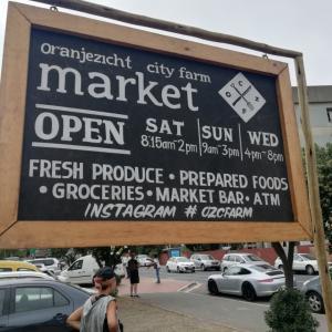 ケープタウンのウィークエンドマーケットとカラフルな町並みのBo-kaap
