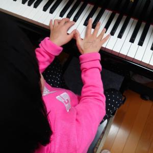 ピアノの黒い鍵盤も使って弾けるよ