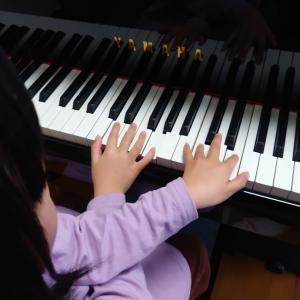 手を交差してピアノが弾けるよ