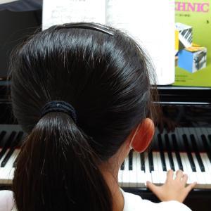 ピアノの楽譜を読み取りながら