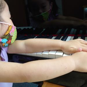 お父さんとピアノで音探しゲームをしたよ