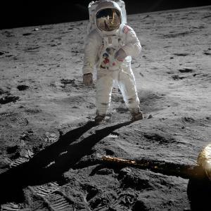 【リーディング問題の解答】 First moments on the moon