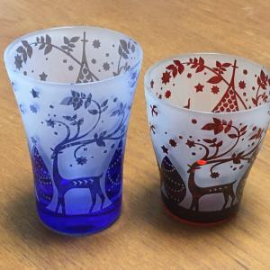 クリスマス用のグラス と 緑のグラス