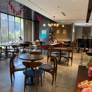 日本の文庫本も置いてあるホテル内カフェ