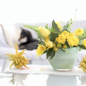 新年は黄色の花で華やかムードに。縁起物の仏手柑も添えて。