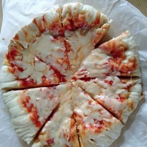 チーズだけのピザでランチ。