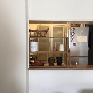 キッチンカウンターの木製棚をすっきりと。