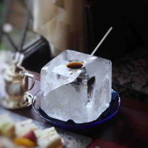 神戸にある日本初の会員制喫茶で氷の器に入った斬新すぎるコーヒーを堪能!