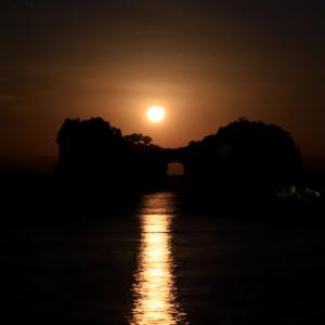 円月島に沈む ほぼ満月