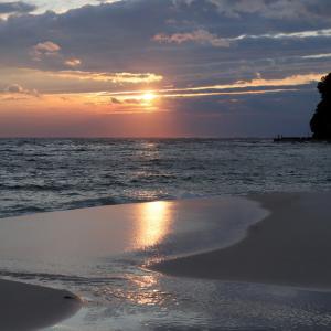 海の荒れた後の白良浜の美しい夕焼け
