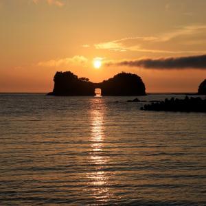 久し振りの円月島の海蝕洞に沈む夕日