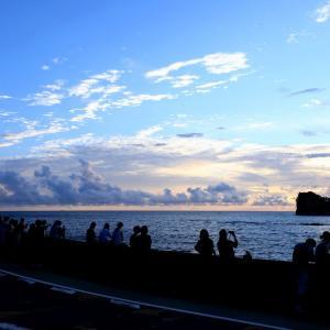 観光客が戻って来つつある南紀白浜 ( 円月島のサンセット風景 )