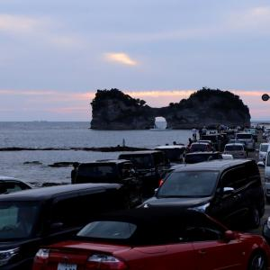 円月島の夕焼けと観光客 ( 物凄い人と車 )