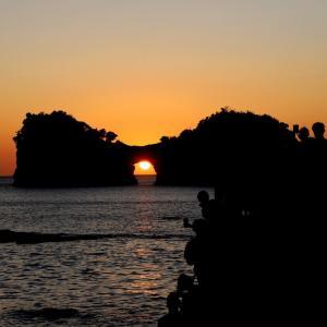 円月島の海蝕洞に沈む夕日円月島と夕焼け