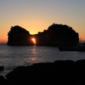 見るのがかなり厳しくなった円月島の海蝕洞に沈む夕日