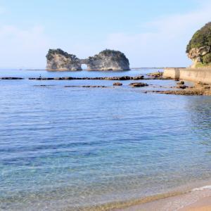 澄み切った美しい海と円月島