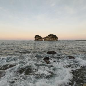 早朝の円月島と白良浜海水浴場