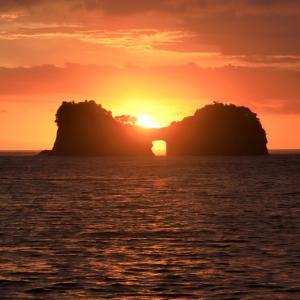 今日2回目の円月島通い ( 円月島の海蝕洞に沈む夕日と夕焼け )