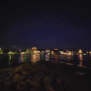 夜の海とメッセージ花火