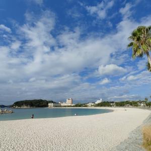 足跡いっぱいの白良浜