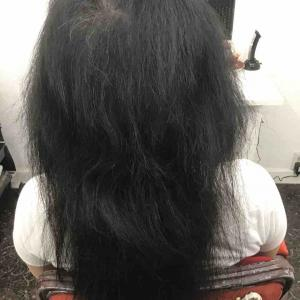 抜毛症に対応する美容師