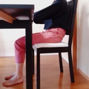 """自然に姿勢がよくなる""""U字型低反発クッション""""でお尻と腰が幸せ♪"""