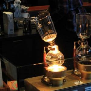 スタバのサイフォン・コーヒー。シカゴ郊外のスターバックス・リザーブ店にて。