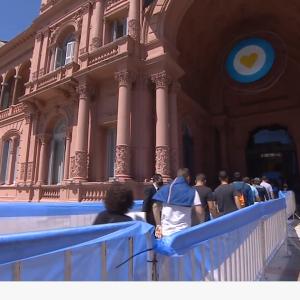 マラドーナ最後のお別れ カサロサーダ アルゼンチン大統領府で告別式中ですが。。。