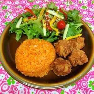 サラダが山盛り 鶏からチキンライス