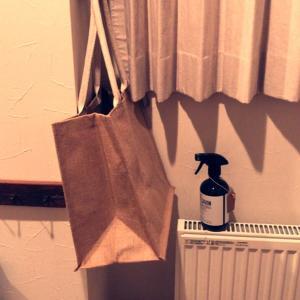 玄関にエコバッグ。宅配で届く食材を楽にキッチンへ。