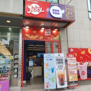 安くて美味しい!フレッシュジュースJUICYとミルクティー専門店CHAYAMがコラボ