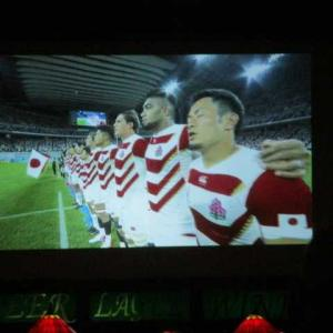 足を攣りながら、ジャパンがベスト8を確実にした瞬間を祝う。