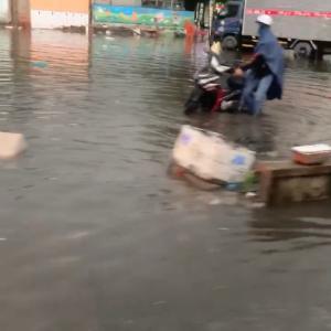 ベトナム雨季の豪雨と渋滞