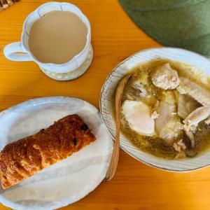 鶏手羽スープで朝ごはん。