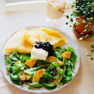 クレープとオレンジサラダの朝ごはん。