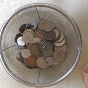 出窓に小銭がいっぱい
